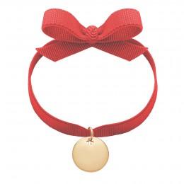 Náramek s pozlacenou medailí na červené stužce