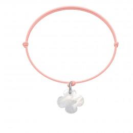 Náramek se čtyřlístkem z perletě na tenkém světle růžovém provázku