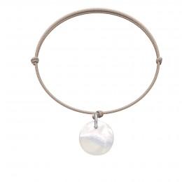 Náramek s medailonem z perletě na tenkém béžovém provázku