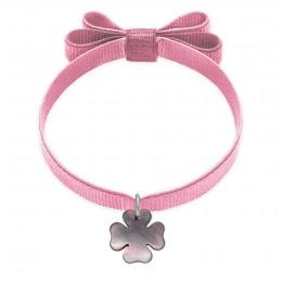 Náramek se čtyřlístkem z tmavé perleti na světle růžové stužce s dvojitou mašlí