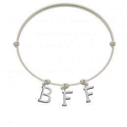 Náramek BFF s postříbřenými písmeny na tenkém, perlovém provázku