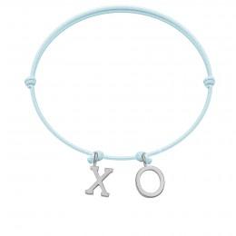 Náramek XO s postříbřenými  písmeny na tenkém, modrém provázku