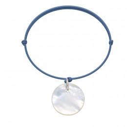 Náramek s medailonem z perletě na tenkém provázku v barvě džínů